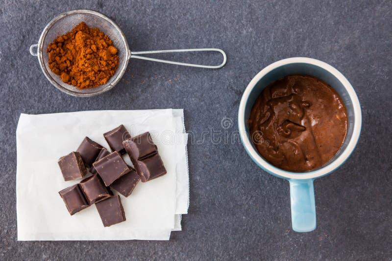Cuisson d'un gâteau de chocolat dans une tasse images libres de droits