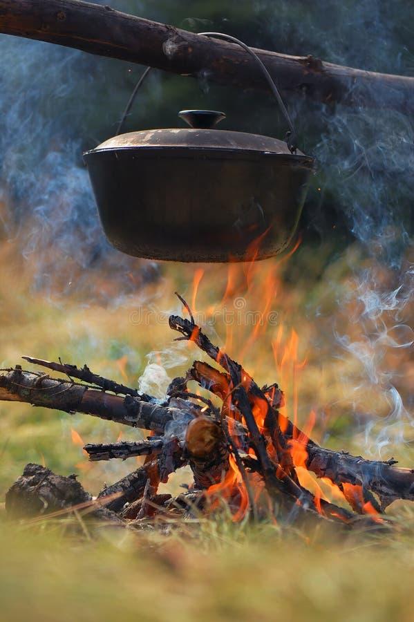 Chaudron sur le feu images stock