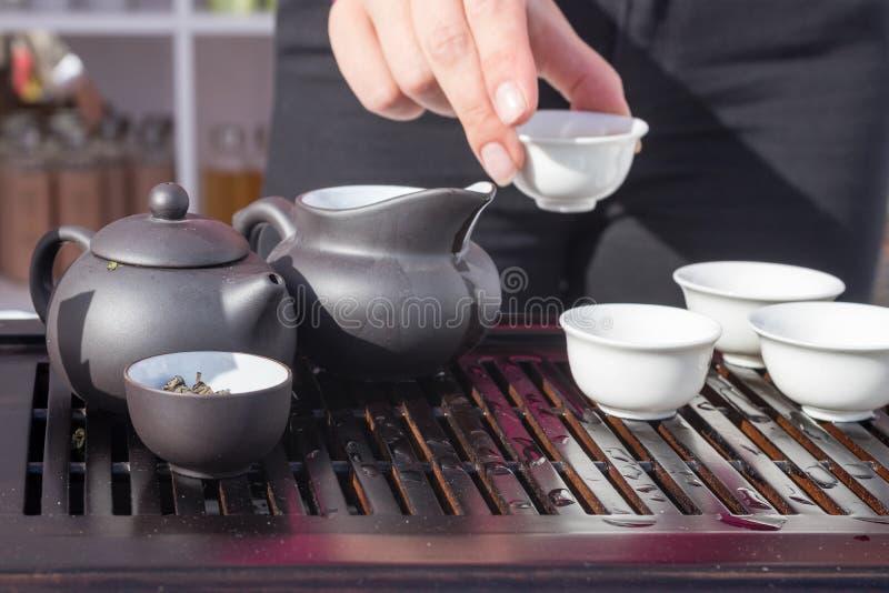 Cuisson de démo, faisant le thé de matcha image libre de droits