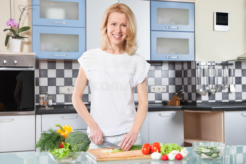 Cuisson de jeune femme Nourriture saine - salade végétale photos stock