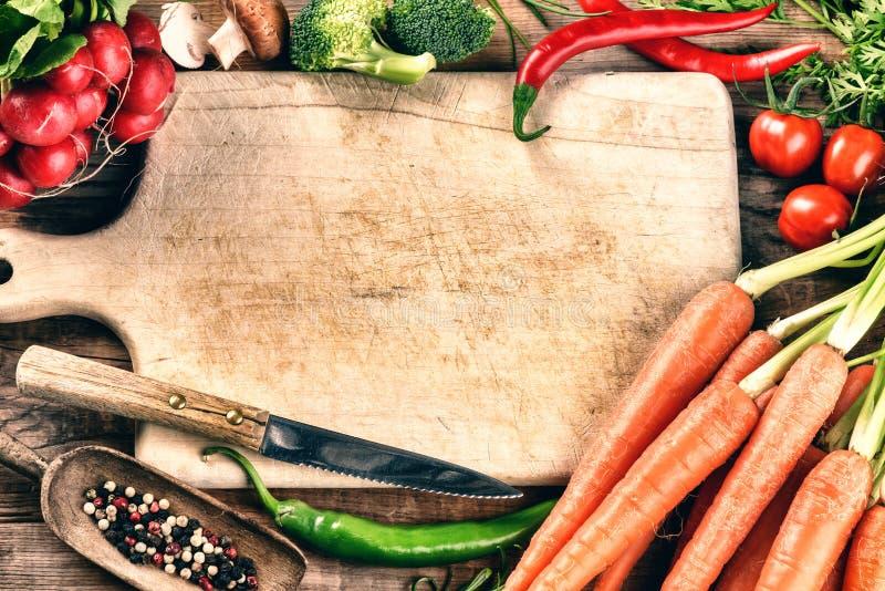 Cuisson de l'arrangement avec les légumes organiques frais Consommation saine Co images stock