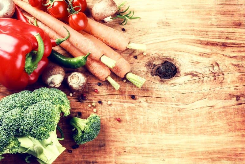 Cuisson de l'arrangement avec les légumes organiques frais sur le vieux backgr en bois photos libres de droits