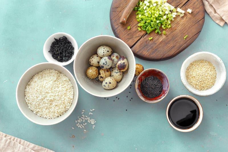 Cuisson de la cuisine crue d'oeufs de caille d'ingrédients de cuvette végétarienne de poussée photographie stock libre de droits
