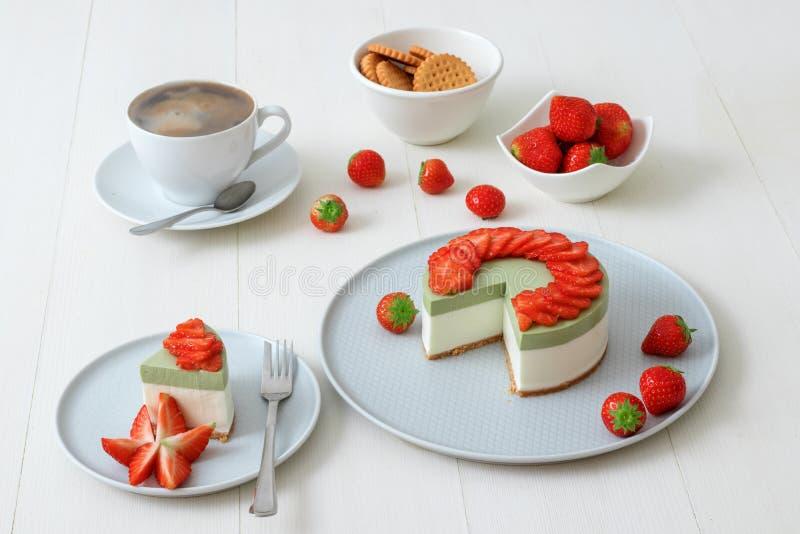 Cuisson de la démo NO--faites le mini gâteau au fromage cuire au four à deux couches de matcha de fraise Les tranches de fraise d photos stock
