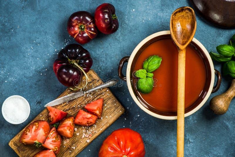 Cuisson de la soupe faite maison à gazpacho ou à tomate photos stock