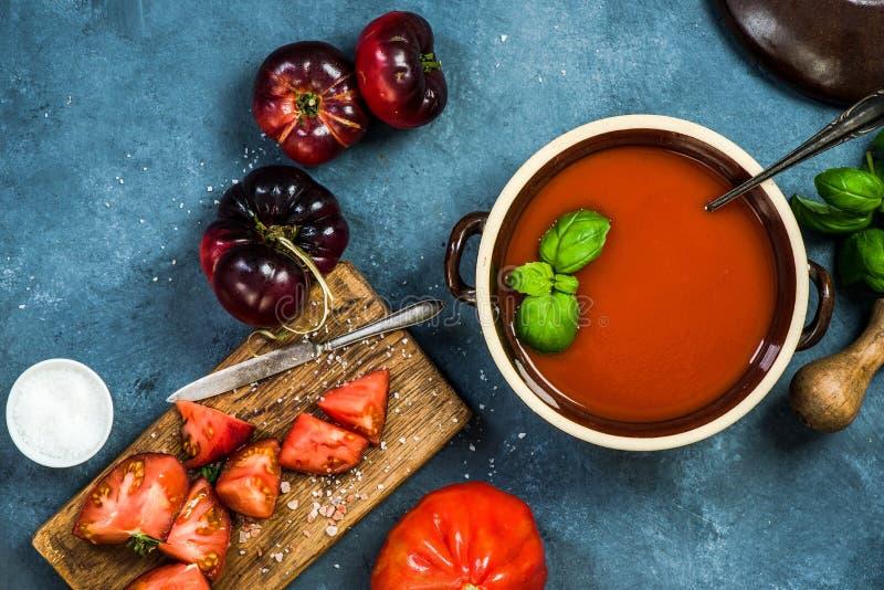 Cuisson de la soupe faite maison à gazpacho ou à tomate photo stock