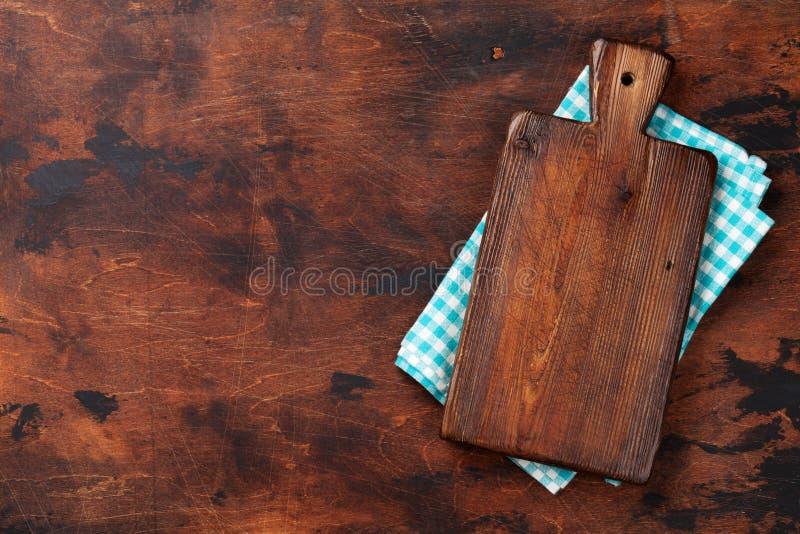 Cuisson de la table en bois avec la planche à découper au-dessus de la serviette ou de la serviette de cuisine Vue supérieure ave photographie stock