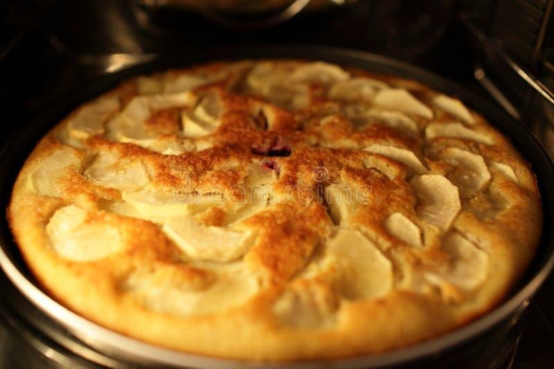 Cuisson de la tarte aux pommes photos stock