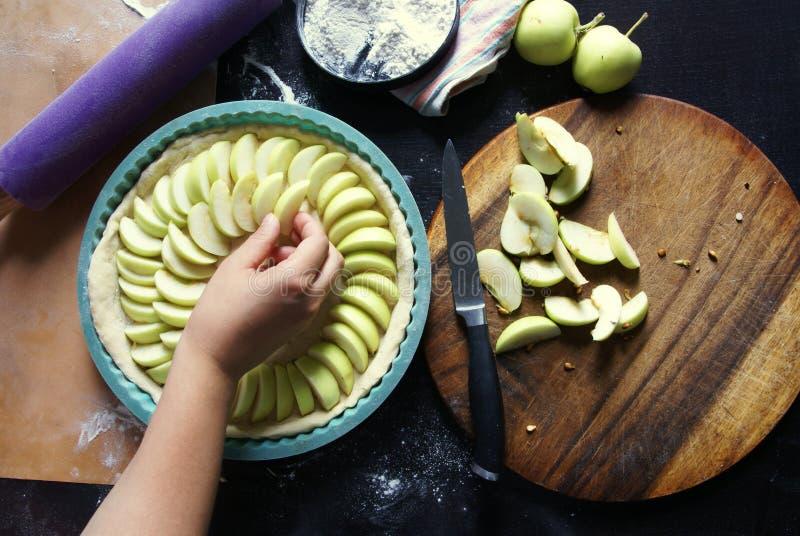 Cuisson de la tarte aux pommes faite maison image stock