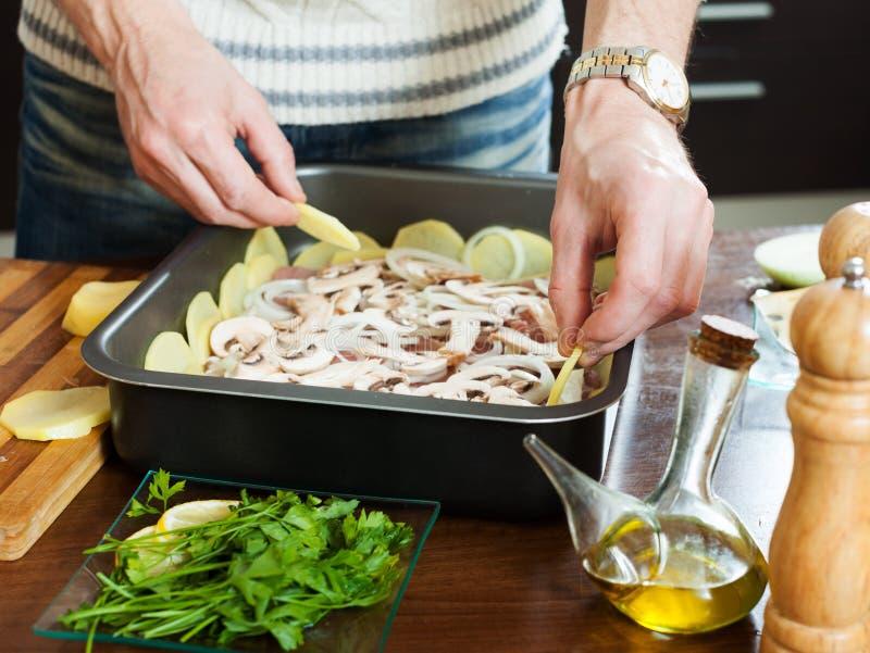 Cuisson de la viande avec des champignons et des pommes de terre photos libres de droits