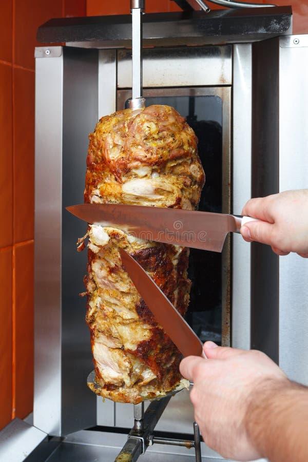 Cuisson de la viande pour le shawarma Plat du Moyen-Orient préparé image libre de droits