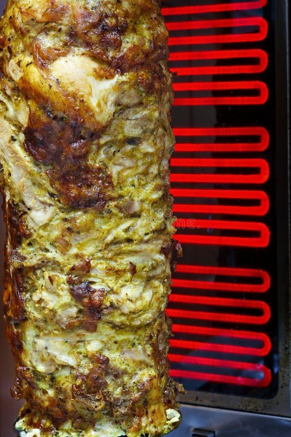 Cuisson de la viande pour le shawarma Plat du Moyen-Orient préparé photos stock