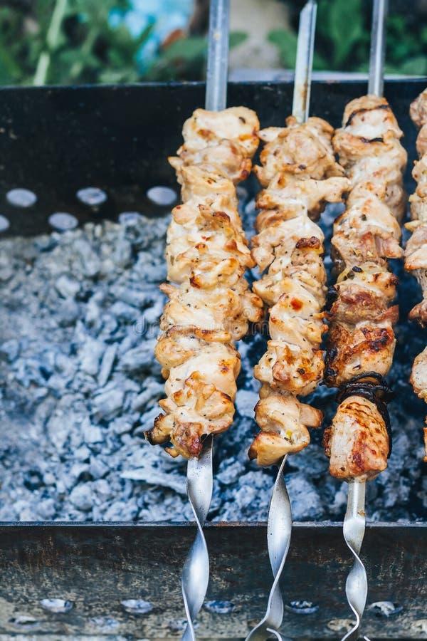 Cuisson de la viande sur la vue supérieure du feu, chiche-kebab sur des brochettes, fumée images libres de droits