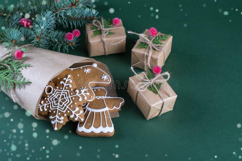 Cuisson de Noël et de vacances Biscuits de gingembre avec le décor image stock