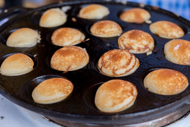 Cuisson de Poffertjes Poffertjes sont un tre traditionnel de pâte lisse de Néerlandais images stock