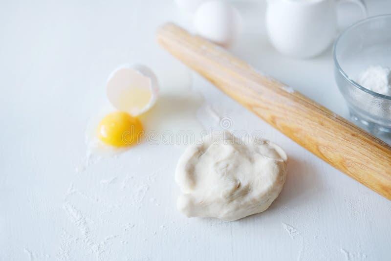 Cuisson des étapes Préparer la pâte pour des ingrédients de tartes sur la table photographie stock libre de droits