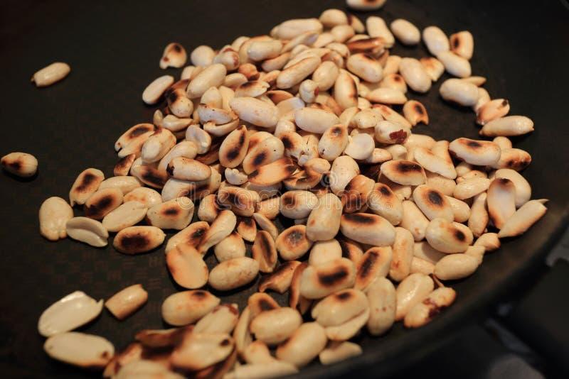 Cuisson des arachides moulues rôties sur la casserole Foyer s?lectif photos libres de droits