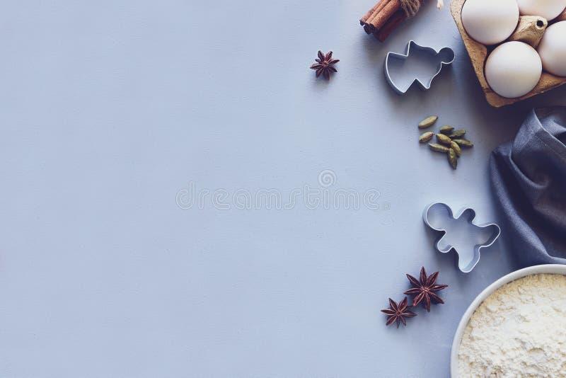 Cuisson des biscuits de Noël Ingrédients pour la pâte de pain d'épice : farine, oeufs, sucre, cacao, bâtons de cannelle, étoiles  photo stock