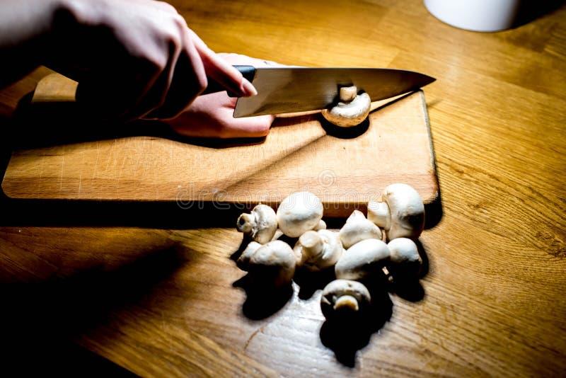Cuisson des champignons : Champignons de paris images stock