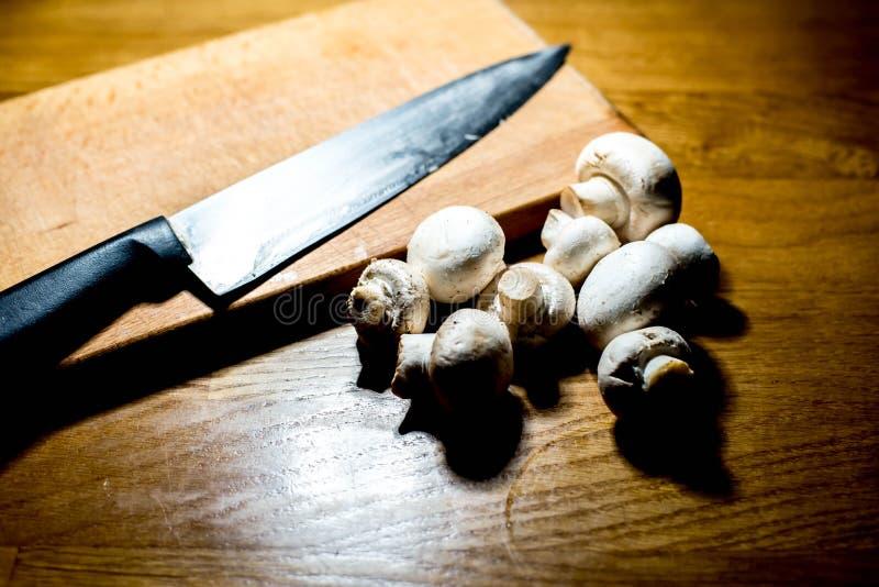 Cuisson des champignons : Champignons de paris images libres de droits