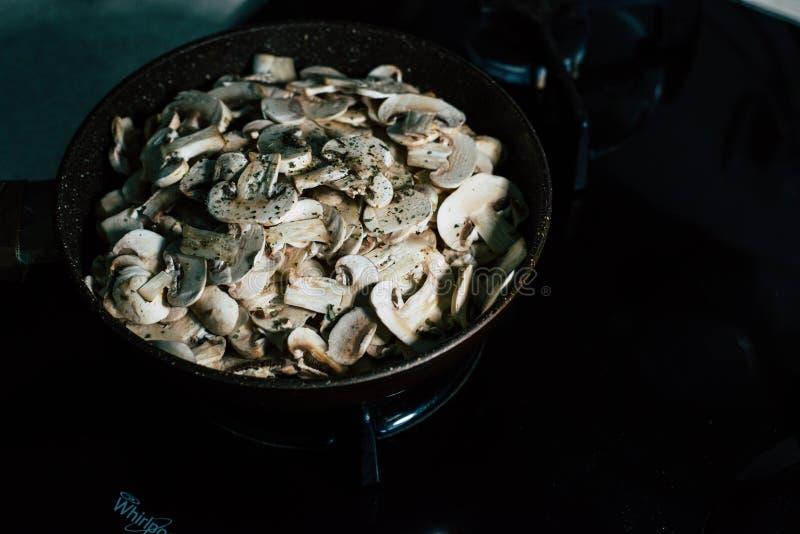 Cuisson des champignons : Champignons de paris photos stock