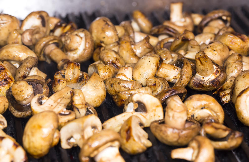 Cuisson des champignons sur le gril photo libre de droits