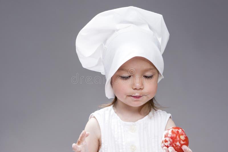 Cuisson des concepts et des idées Portrait de la belle fille caucasienne mignonne posant en tant que cuisinier photo stock