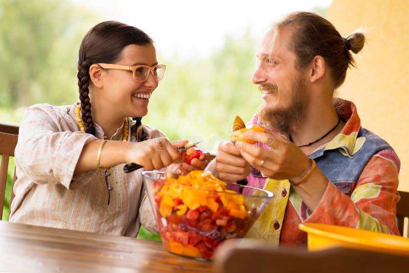 Cuisson des couples à la cuisine images stock