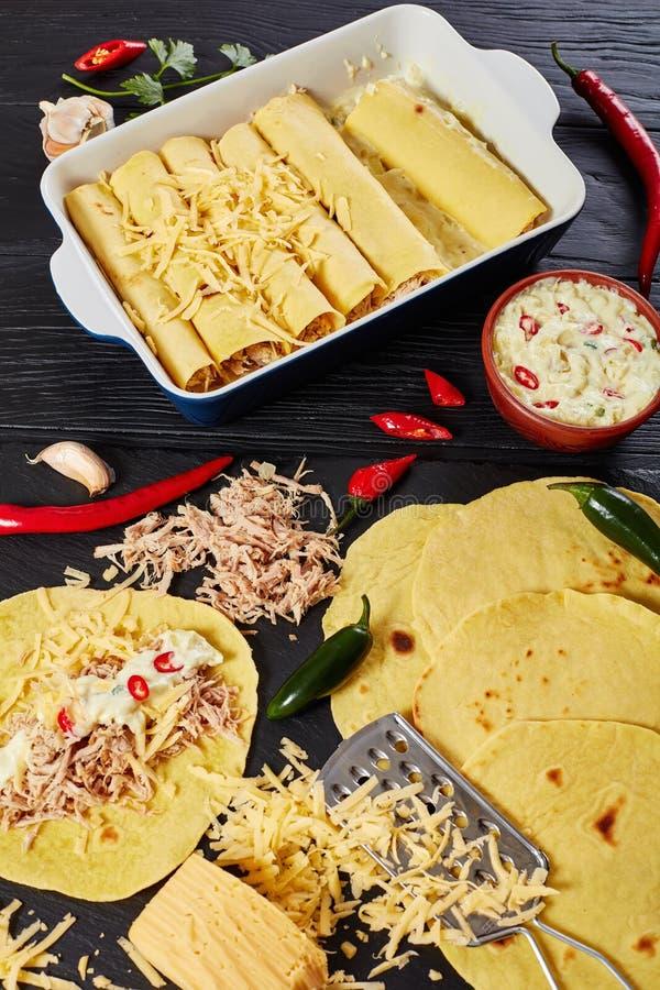 Cuisson des enchiladas des tortillas et de la viande de maïs photographie stock libre de droits