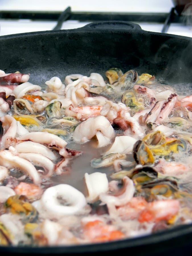 cuisson des fruits de mer image stock