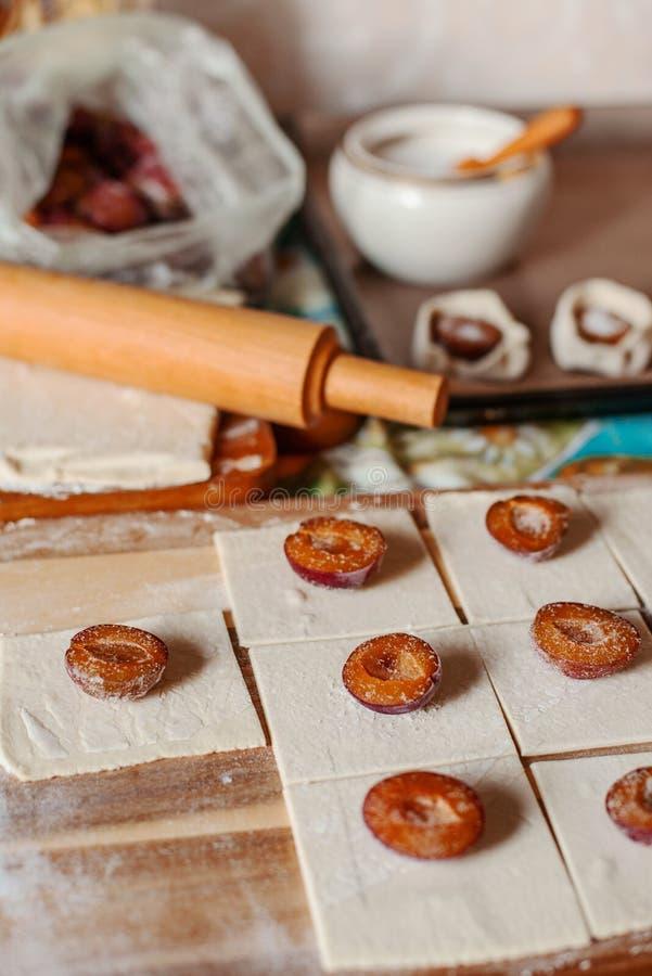 Cuisson des gâteaux de prune image libre de droits