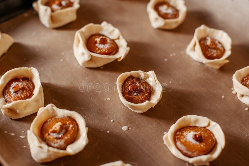 Cuisson des gâteaux de prune photographie stock libre de droits