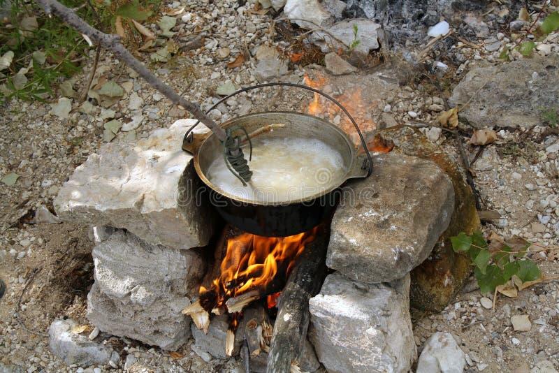 Cuisson des pâtes en conditions naturelles photos stock