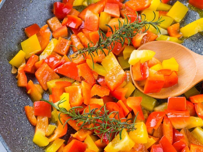 Cuisson des paprikas avec le romarin image stock