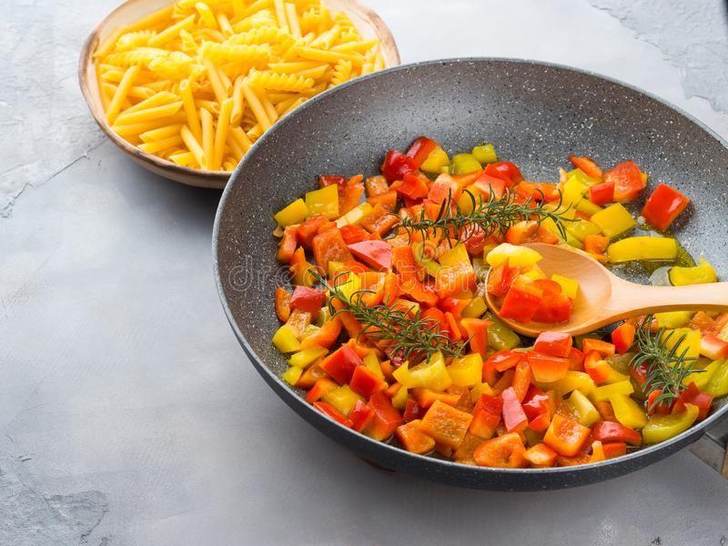 Cuisson des paprikas comme sauce pour des pâtes photographie stock