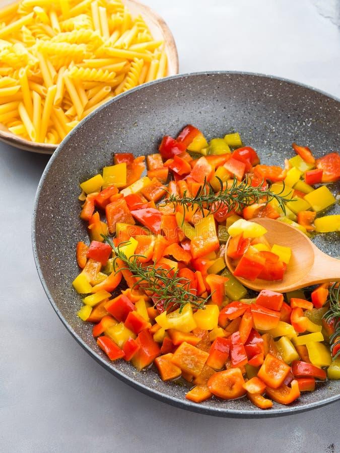 Cuisson des paprikas comme sauce pour des pâtes images libres de droits