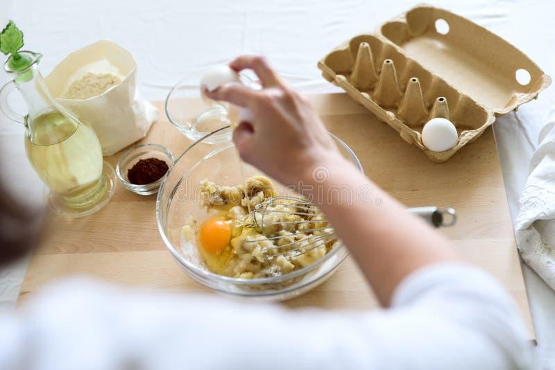 Cuisson des petits pains de chocolat de Noël Mélange faisant cuire des petits pains de chocolat de Noël Ingrédients de mélange po images stock