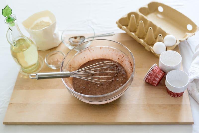Cuisson des petits pains de chocolat de Noël Mélange faisant cuire des petits pains de chocolat de Noël Ingrédients de mélange po photo libre de droits