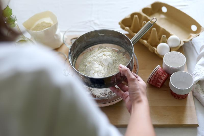 Cuisson des petits pains de chocolat de Noël Mélange faisant cuire des petits pains de chocolat de Noël Ingrédients de mélange po images libres de droits