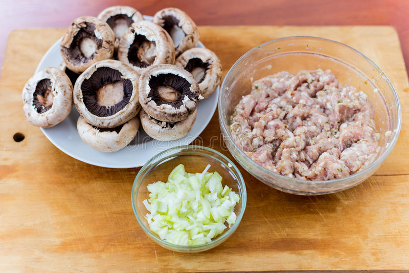 Cuisson des plats des champignons de paris de champignons avec de la viande photos stock