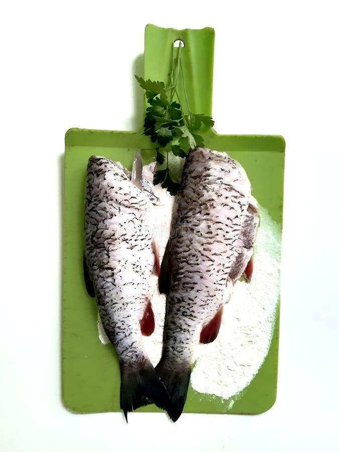 Cuisson des poissons, carcasses du poisson cru photos stock