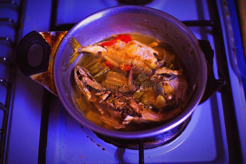 Cuisson des poissons de vapeur pour le dîner image libre de droits