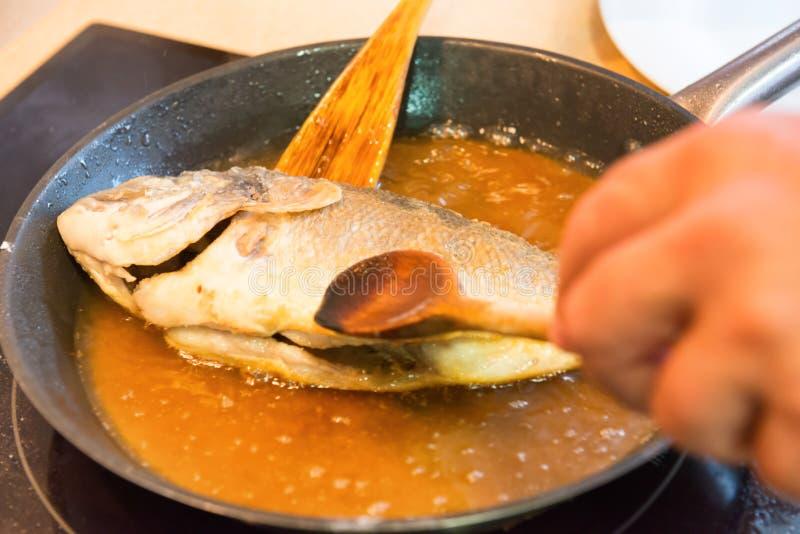 Cuisson des poissons frits photos libres de droits