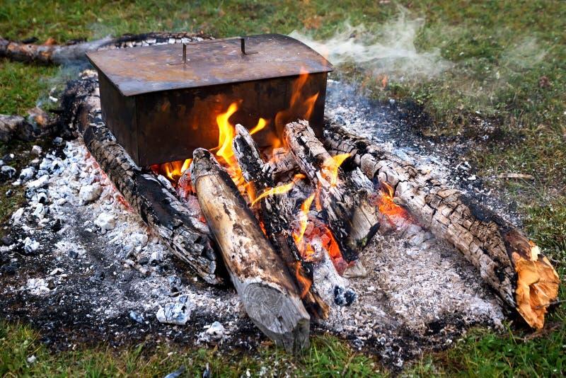 Cuisson des poissons sur un feu photos stock