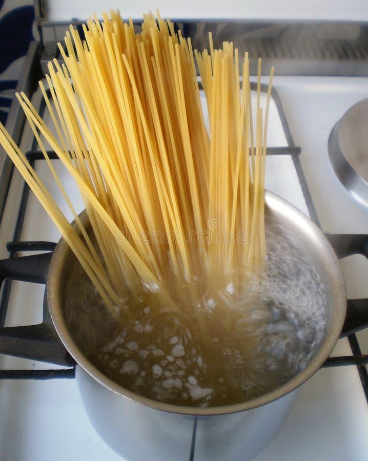 Cuisson des spaghetti image stock