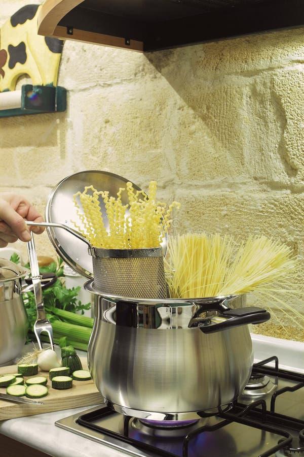 Cuisson des spaghetti dans un bac d'acier inoxydable photos libres de droits