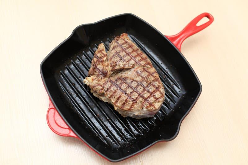 Cuisson du bifteck de lame de boeuf photo stock