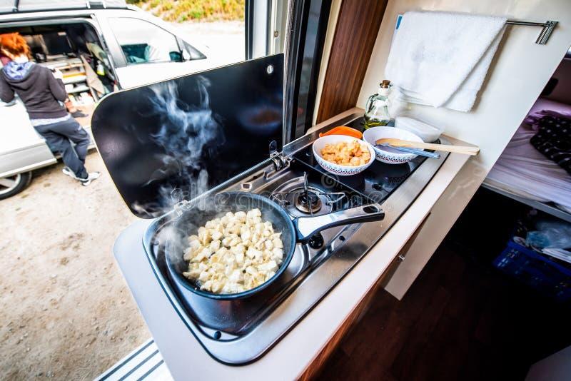 Cuisson du dîner ou du déjeuner dans campervan, le motorhome ou le rv images stock