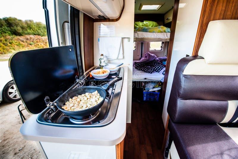 Cuisson du dîner ou du déjeuner dans campervan, le motorhome ou le rv image libre de droits