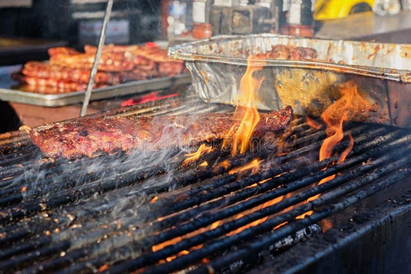 Cuisson du festival extérieur de gril de barbecue à Vancouver image stock